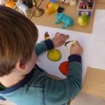 """Pilot-Projekt """"Taschenatelier"""" in Kindertagesstätten: Kita-Kind eifert dem Malstil von Max Beckmann nach. © Hamburger Kunsthalle"""
